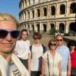 Jowita z grupa turystów przed Koloseum