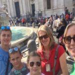 Grupa turystów przy Fontannie Di Trevi