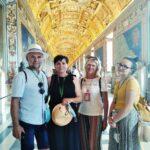Iwona w muzeach Watykańskich z turystami