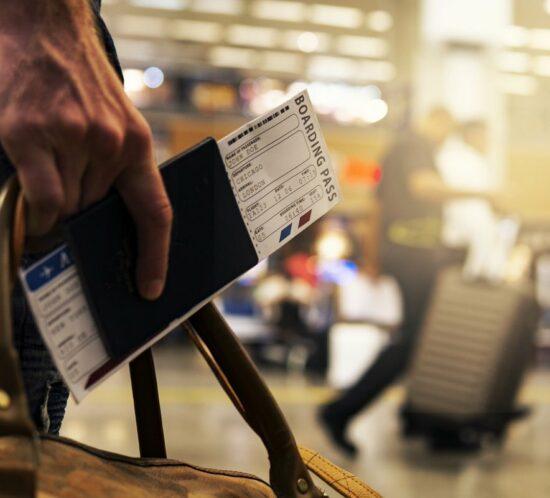 Reka z karta pokladowa na lotnisku